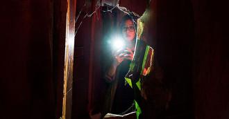 [Review] Khung hình chết chóc – Khi đèn tắt, ác quỷ sẽ hiện hình